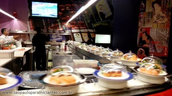 comida japonesa na esteira