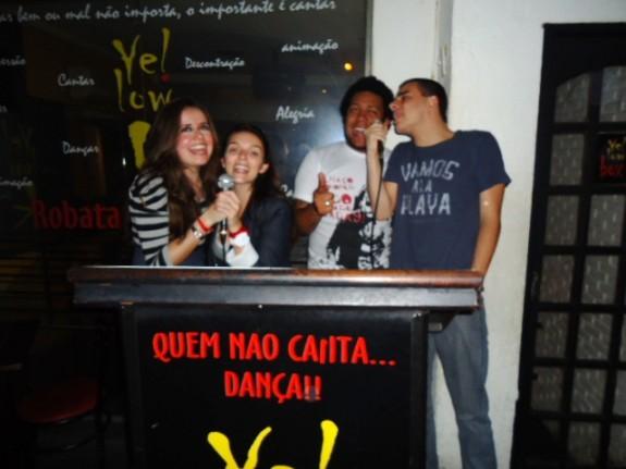 Galera cantando no karaoke