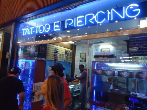 f4b950346c Tatuagem na Galeria do Rock. Oportunidade: uma loja que compra cabelo,  instalada no andar dos metaleiros.