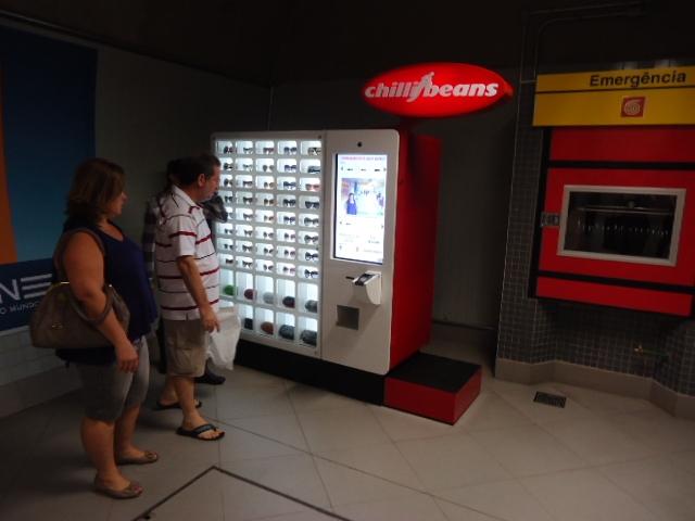 e9847c9e76739 Óculos Chilli Beans em Vending Machine no metrô - São Paulo para ...
